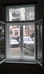 Das erste Fenster ist Denkmalgeschützt, das Zweite bietet Sicherheit und Wärme